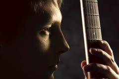 Russischer Rocker Der Kerl mit der Gitarre vor einem Fotografen Grungemusik, Streicher, Musik, Instrument, Gitarre, Geistigkeit Stockfotos