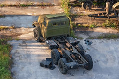 Russischer rostiger alter Armee-LKW verlassen auf einer konkreten Plattform Stockfotos