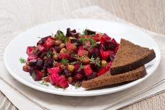 Russischer Rote-Bete-Wurzeln Salat mit Brot - Essigsoße auf einer Platte Stockbilder