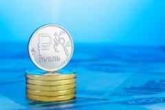 Russischer Rubel auf einem Stapel von Münzen Lizenzfreies Stockbild