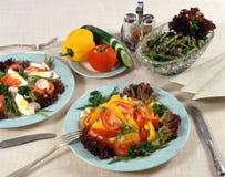 Russischer Salat auf Platten Stockfotos