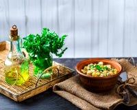 Russischer Salat in einer Schüssel auf dem Tisch Lizenzfreies Stockfoto