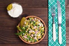 Russischer Salat olivier Hölzerne Tabelle Beschneidungspfad eingeschlossen Nahaufnahme lizenzfreie stockfotografie