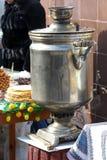 Russischer Samowar - ein altes Gerät für Tee Die Tradition der Herstellung des Tees in einem Samowar erschienen in Russland stockfoto