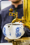Russischer Samowar Goss das kochende Wasser in die Teekanne für Br Lizenzfreies Stockbild