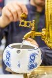 Russischer Samowar Goss das kochende Wasser in die Teekanne für Br Stockbild