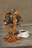 Russischer Samowar mit Bageln und Tassen Tee Stockfoto