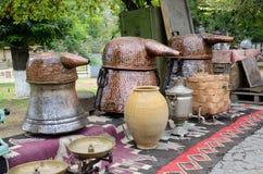 Russischer Samowar und alte kupferne Behälter für die Herstellung des Traubenwodkas Lizenzfreie Stockbilder