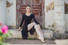 Russischer schöner Balletttänzer des jungen Mädchens, der auf pointe steht lizenzfreie stockbilder