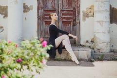 Russischer schöner Balletttänzer des jungen Mädchens, der auf pointe steht stockfoto