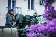 Russischer Soldat auf einem Behälter stockfotografie