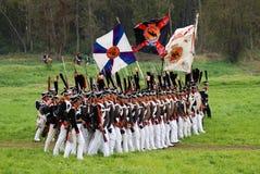 Russischer Soldatmarsch mit Flaggen Lizenzfreies Stockfoto