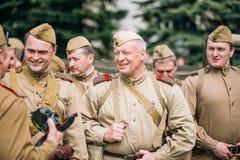 Russischer Sowjet bewaffnete Soldaten, Reenactors während des Feierns von Victory Day am 9. Mai Stockfotos