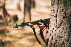 Russischer sowjetischer Infanterie-Soldat Of World War II versteckt mit Rifl stockbild