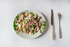 Russischer traditioneller Salat auf dem Tisch stockbild