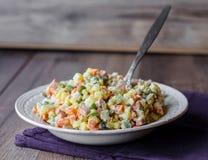 Russischer traditioneller Salat olivier eine festliche Tabelle Lizenzfreie Stockfotografie