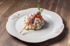 Russischer traditioneller Salat olivier mit Erbse in Lizenzfreie Stockfotografie