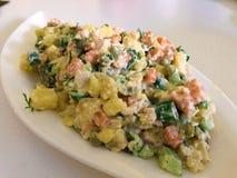 Russischer traditioneller Salat Olivier mit Gemüse und Fleisch Wintersalat Lizenzfreies Stockfoto