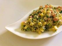 Russischer traditioneller Salat Olivier mit Gemüse und Fleisch Wintersalat Lizenzfreie Stockfotografie