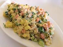 Russischer traditioneller Salat Olivier mit Gemüse und Fleisch Wintersalat Stockbilder