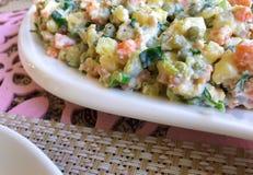 Russischer traditioneller Salat Olivier mit Gemüse und Fleisch Wintersalat Stockfotografie