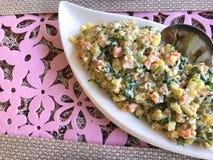 Russischer traditioneller Salat Olivier mit Gemüse und Fleisch Wintersalat Stockfoto