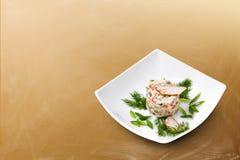Russischer traditioneller Salat Olivier mit Grüns Stockfotografie