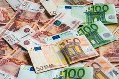 Russischer und Eurobanknotenhintergrund Stockfotografie