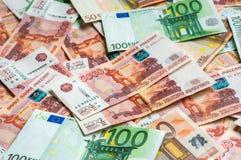 Russischer und Eurobanknotenhintergrund Stockbilder
