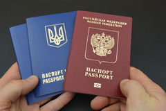 Russischer und ukrainischer Pass in der Hand lizenzfreies stockfoto