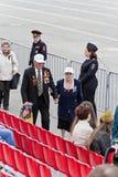 Russischer Veteran mit Frau auf Feier am Paradejahrbuch VI Lizenzfreies Stockbild