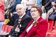 Russischer Veteran mit Frau auf Feier am Paradejahrbuch VI Lizenzfreie Stockfotos