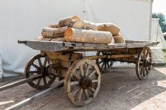 Russischer Warenkorb mit Brennholz Stockbild