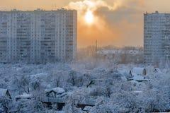 Russischer Winter auf der Grenze der Stadt und des Dorfs Stockfotos