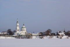 Russischer Winter und die Kirche in Tver Stockfotografie
