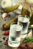 Russischer Wodka mit traditionellem Schwarzbrot Lizenzfreie Stockfotografie