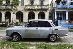 Russisches Auto der Weinlese auf einer Nebenstraße in Havana, Kuba Lizenzfreies Stockfoto
