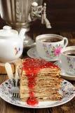 Russisches bliny mit Himbeermarmelade, Weinlesesamowar und teaware Stockbilder