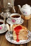 Russisches bliny mit Himbeermarmelade, Weinlesesamowar und teaware Lizenzfreies Stockfoto