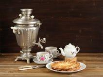 Russisches bliny mit Weinlese Samowar und teaware Lizenzfreies Stockfoto