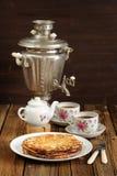 Russisches bliny mit Weinlese Samowar und teaware Stockfoto