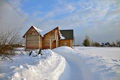 Russisches Blockhaus im Winter Dorf Visim, Ural-Region, Russland Lizenzfreies Stockfoto