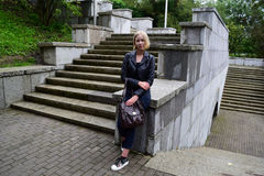 Russisches blondes Mädchen, das im Park steht Stockfotografie