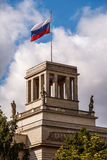 Russisches Botschafts-Gebäude und russische Flagge in Berlin Stockfotografie