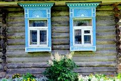 Russisches Fenster geschnitztes platband Stockfotos