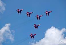 Russisches Flugschauteam Swifts in der Pfeilbildung Stockfoto