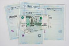 Russisches Geld ist auf Politik der obligatorischen Krankenversicherung, weißer Hintergrund Stockbild