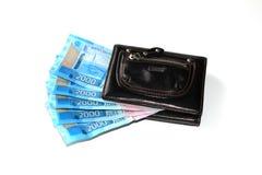 Russisches Geld liegt auf einem weißen Hintergrund lizenzfreies stockfoto