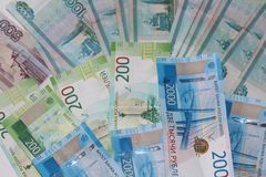Russisches Geld liegt auf einem weißen Hintergrund stockbilder