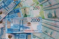 Russisches Geld liegt auf einem weißen Hintergrund lizenzfreies stockbild